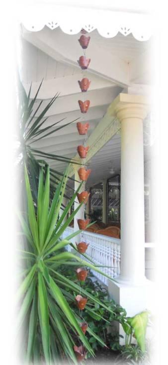 détail sympa, lespetites clochettes qui récupèrent l'eau des gouttières pour arroser les luxuriantes plantes tout en douceur.