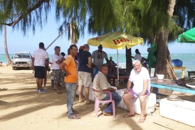 Gerard, notre consul honoraire ne manquerait pour rien au monde l'arrivée des bateaux et pour cause, la réputation de son restaurant l'Atlantis tient en grande partie à ses savoureuses recettes de poisson tout frais. Aujourd'hui, ce sera du thon.