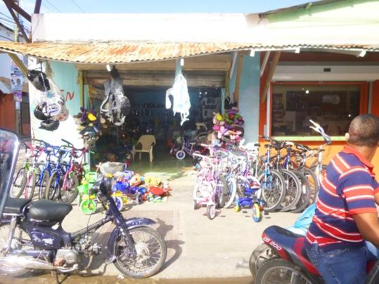 D'accord, toit a tendance à danser la Salsa mais les yeux des petits et des plus grands s'écarquillent devant ces rutilants vélos de toutes les couleurs.