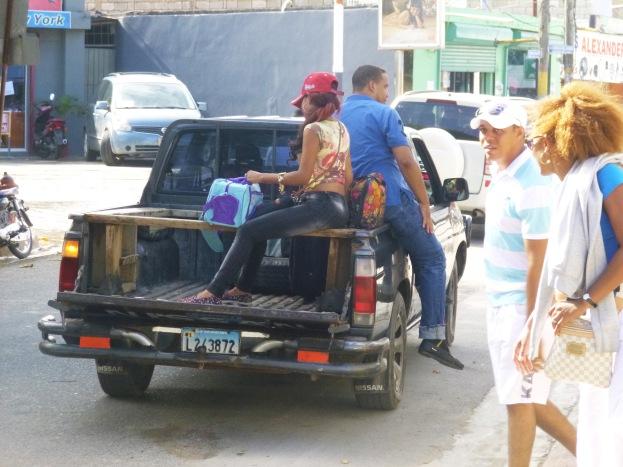 Et, l'on grimpe dans la guagua qui vous conduit a Limon, Samana, Sanchez pour quelques pesitos.... sportif et exotique.