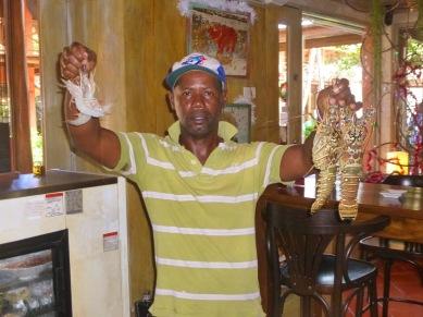 A la Cave à vins, un vendeur de langoustes et crevettes décomplexé.