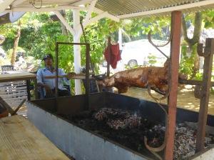 Chez Sandro, Papon surveille son cochon....