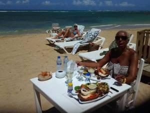 Et la jolie Coco pour un déjeuner gourmand les pieds dans le sable