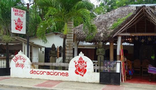 """Laksmi shop, face à la """"clinique des Cubains"""""""