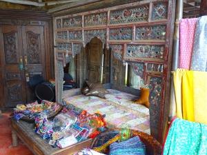 Mélange Inde et Indonésie pour ce beau lit à baldaquin et son superbe couvre-lit