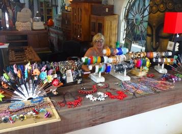 De ravissants bijoux de Goa, en perle, nacre, coquillage....