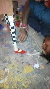 L'artiste peaufine son oeuvre, les escarpins roses et les collants à damiers qui supporteront l'excentrique table de nuit....