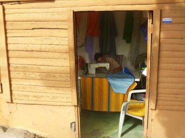 Bien à l'abri dans sa casita de bois, entourée de tissus multicolores, elle confectionne coussins et rideaux, chemises et robes de belles dames....