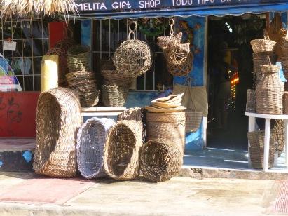 Au détour d'une rue, la boutique d'un artisan vannier qui tricote l'osier à partir d'une brindille pour le transformer en hottes, paniers à courses et corbeilles fonctionnels et esthétiques.