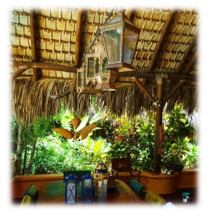 Le toit de palmes de caña confère à notre maison une atmosphère douce, chaleureuse, cosy. J'adore.