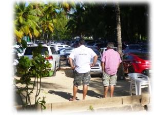 Thierry, dépité cherche en vain sa jolie plage sous le flot de voitures....