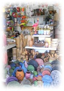 Un joyeux bazar où se côtoient sans complexe artisanat haitien, maillots de bain, miel, huile de coco, tongs havaiana, pareos......