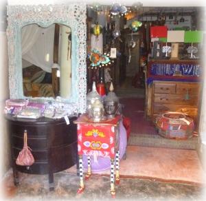 Elle vient juste de revenir d'Inde, des merveilles plein les yeux et plein les males. Je vous ai souvent parlé de Lakmi Shop et de son délicieux fouilli. Un endroit extraordinaire peuplé de mille objets juste pour faire rêver.